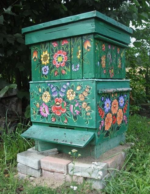 Пчелиный улей с нарисованными цветами.