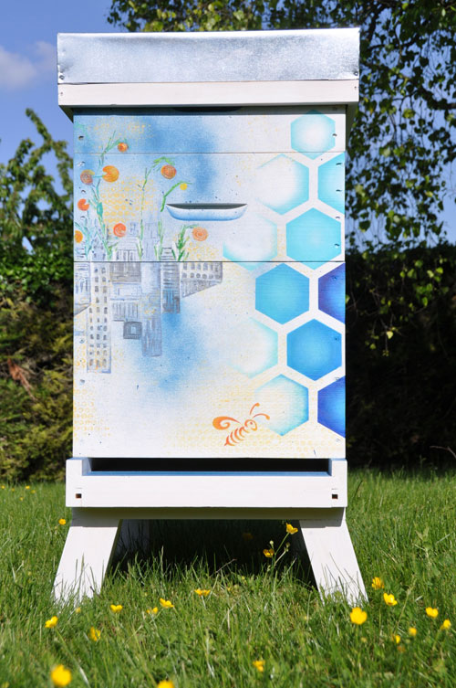 Необычная раскраска пчелиного улья.